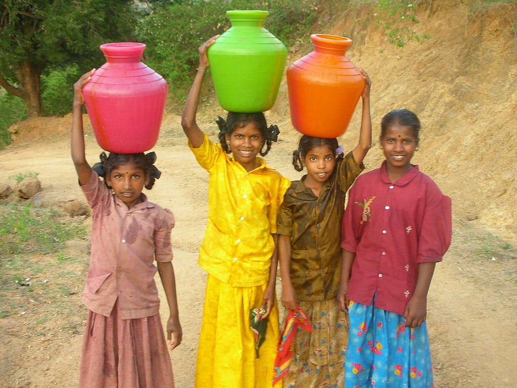 Girsl-carrying-water-in-India